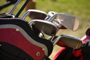 Read more about the article שחקן גולף מחבק מעריץ עם תסמונת דאון, שצעקתו גרמה לו לפספוס במשחק מכריע
