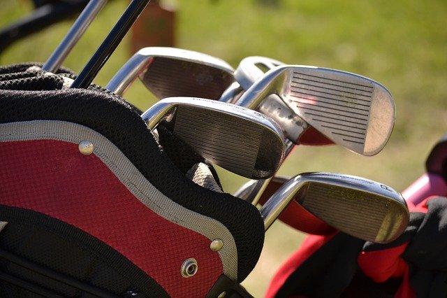 שחקן גולף מחבק מעריץ עם תסמונת דאון, שצעקתו גרמה לו לפספוס במשחק מכריע