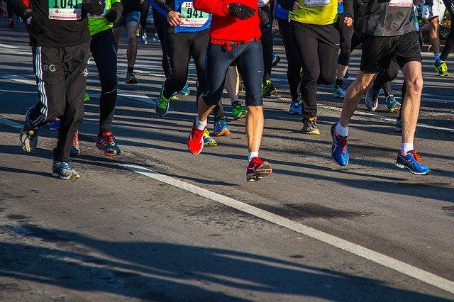 האישה האמריקאית הזו הפכה לנכה הראשונה שהשלימה מרתון באמצעות שלד רובוטי חיצוני